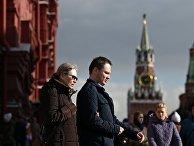 Прохожие возле Красной площади в Москве