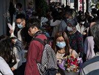Люди на цветочном рынке в Гонконге