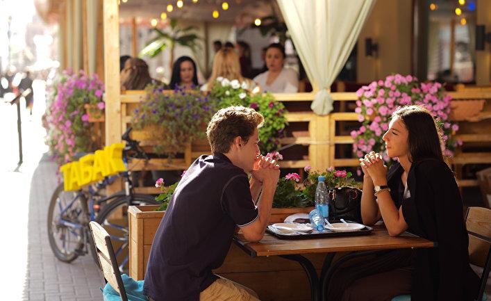 Посетители кафе на Арбате
