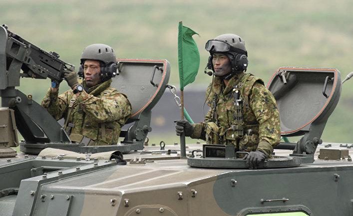 Экипаж самоходной гаубици Type 99 Cил самообороны Японии на ежегодных учениях