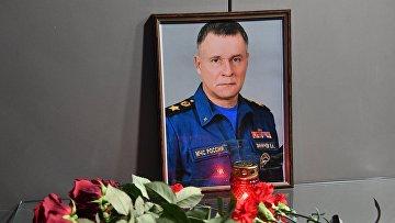 Цветы в память о главе МЧС Е. Зиничеве