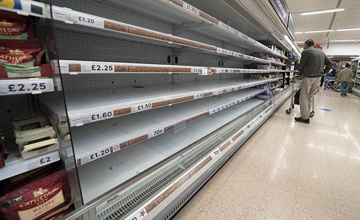 Пустые полки в супермаркете Tesco в Манчестере, Великобритания