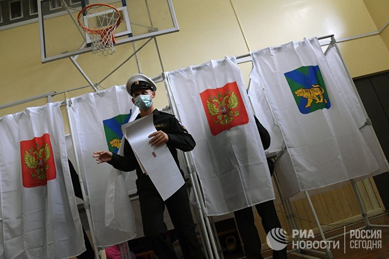 Военнослужащий голосует на избирательном участке во Владивостоке