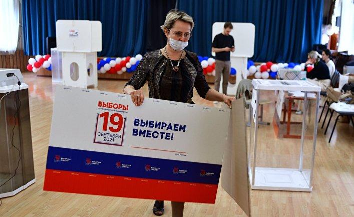 Подготовка избирательного участка для голосования на выборах в Госдуму