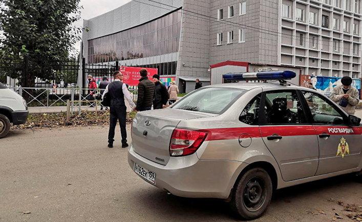 У Пермского государственного национального исследовательского университета, где вооруженный молодой человек открыл стрельбу