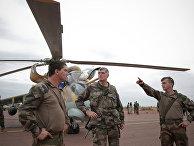 Французские военные у вертолета на авиабазе малийских ВВС в городе Севаре