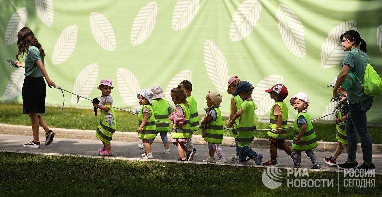 Детская группа во время прогулки в Саду имени Н. Э. Баумана в Москве