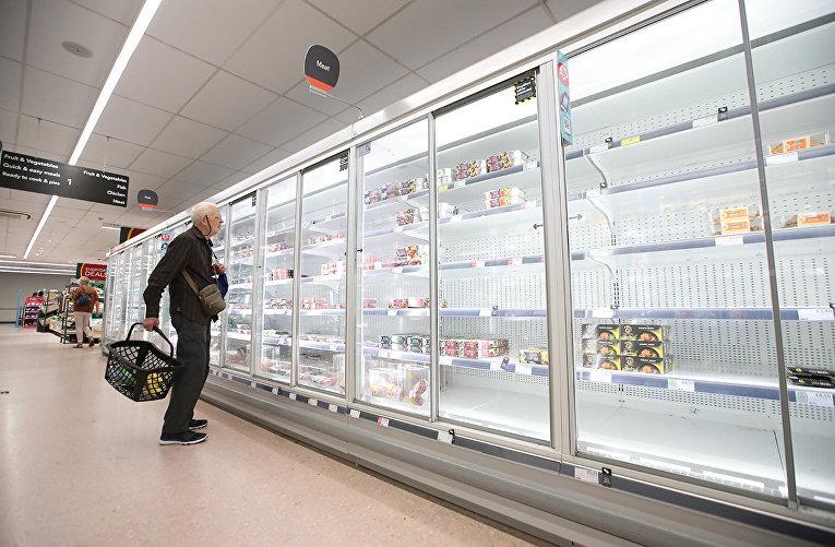 Покупатель в супермаркете в городе Харпенден, Великобритания