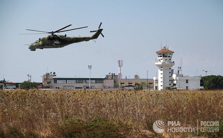"""Российский вертолет Ми-24 во время облета авиабазы """"Хмеймим"""" в Сирии"""