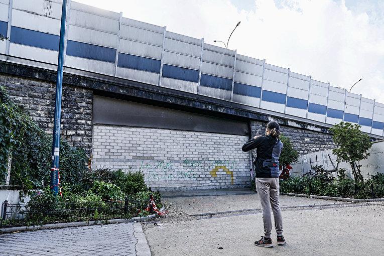 Стена, построенная парижскими властями для борьбы с наркоманами