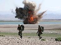 Иранские военослужащие во время военных учений на северо-западе Ирана