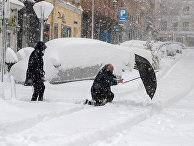 Прохожие во время сильного снегопада в Мадриде, Испания