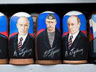 Сувенирная продукция с изображением Владимира Путина в одном из магазинов в Москве