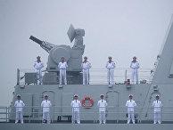 """Моряки на палубе ракетного эсминца типа 055 """"Наньчан"""" Военно-морского флота Народно-освободительной армии Китая"""