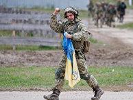 Украинский военнослужащий с национальным флагом