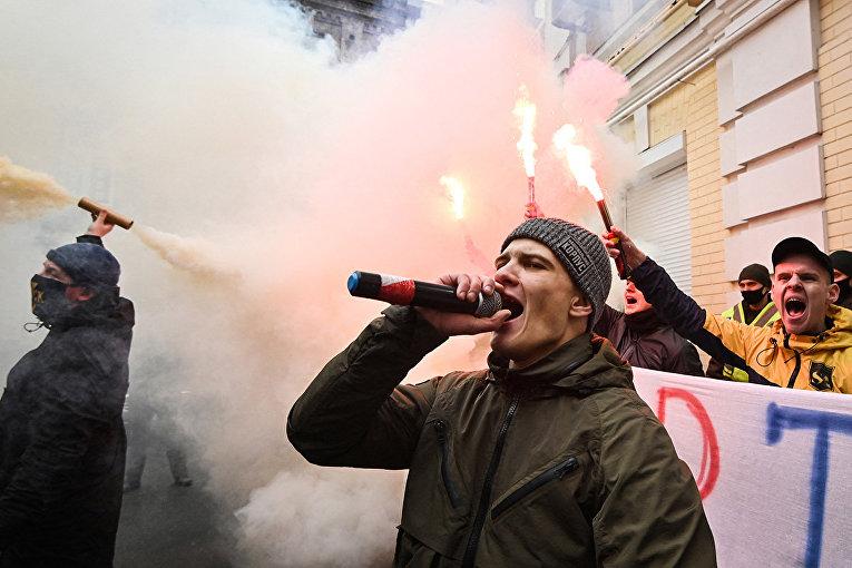 Участники митинга у здания Высшего Антикоррупционного суда в Киеве