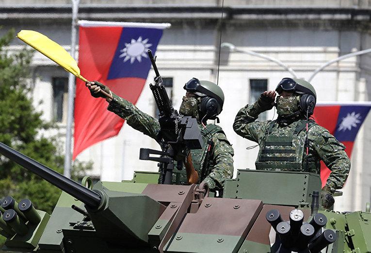 Тайваньские солдаты во время празднования Национального дня в Тайбэе