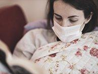 Девушка дома в медицинской маске