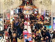 Посетители магазина Macy's в день распродажи в Нью-Йорке