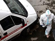 Медицинский работник у автомобиля скорой медицинской помощи