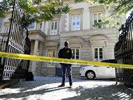 Агент ФБР возле дома Олега Дерипаски в Вашингтоне, США