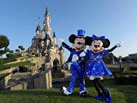 Микки и Мини-маус перед замком Спящей Красавицы в парке Диснейленд в Марн-Ла-Валле, Франция