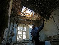 42-летний житель Донецка демонстрирует состояние своего дома на улице Дружбы