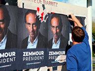 Плакаты с портретами Эрика Земмура в Биаррице, Франция